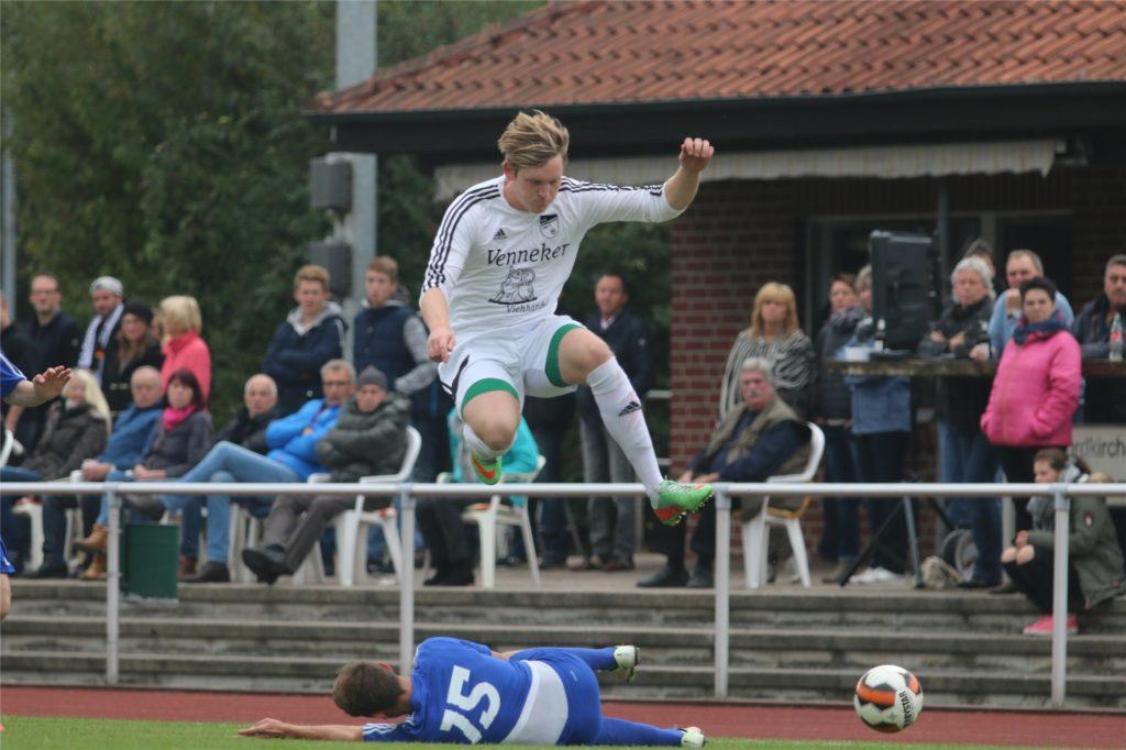 Lukas Mangels (oben) kickt fortan in der zweiten Mannschaft des FC Nordkirchen.