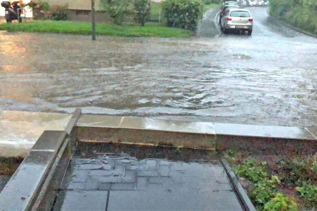 So sah es vor der Kita nach dem letzten großen Unwetter aus. Die neue Mauer hielt das meiste Wasser ab.