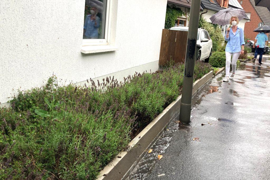 In der Bönschstraße hat ein Anlieger auf eigene Kosten sein Grundstück mit einem Mäuerchen gegen das Wasser abgesichert.
