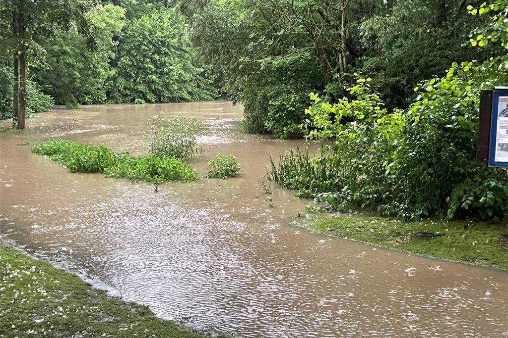 Der Mühlenteich in Frohlinde trat am 14. Juli über die Ufer. Das Wasser ergoss sich über den Mühlenkamp und in angrenzende Häuser.