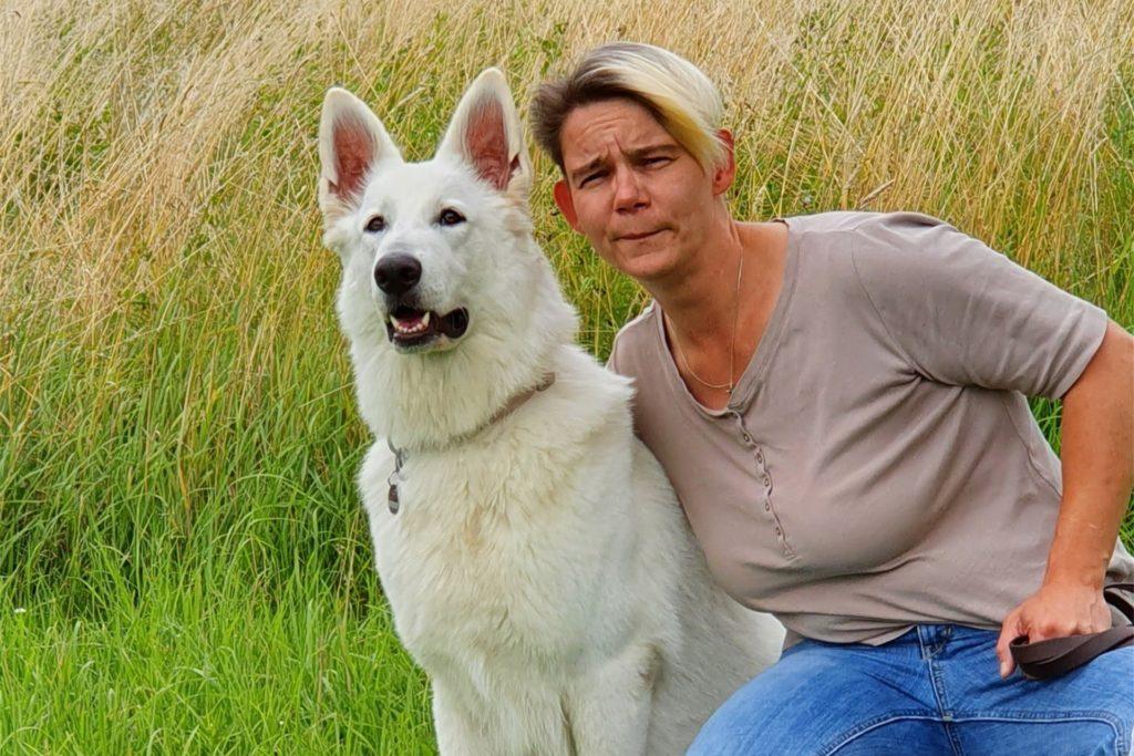 Jessica Lappe und ihre Hündin Abby leisteten erste Hilfe. Der weiße Schweizer Schäferhund hat die schlimmen Verletzungen als erstes bemerkt.