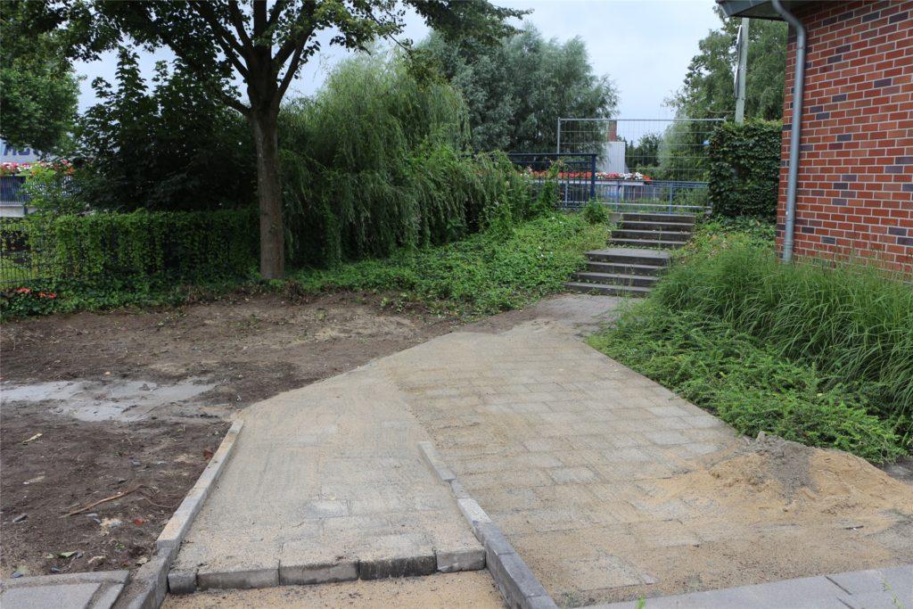 Das Gelände wird provisorisch wiederhergestellt, eine Blühwiese soll noch folgen.