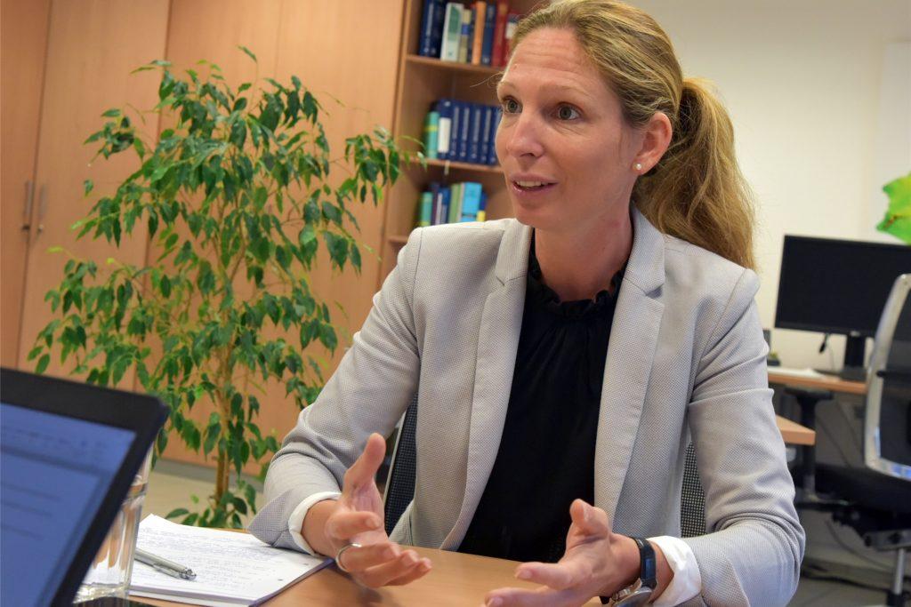 SAL-Chefin Daniela Fiege erklärte den Anwohnerinnen und Anwohnern die Problematik, die sich beim Ablaufen des Wassers in Lünen-Süd ergeben.