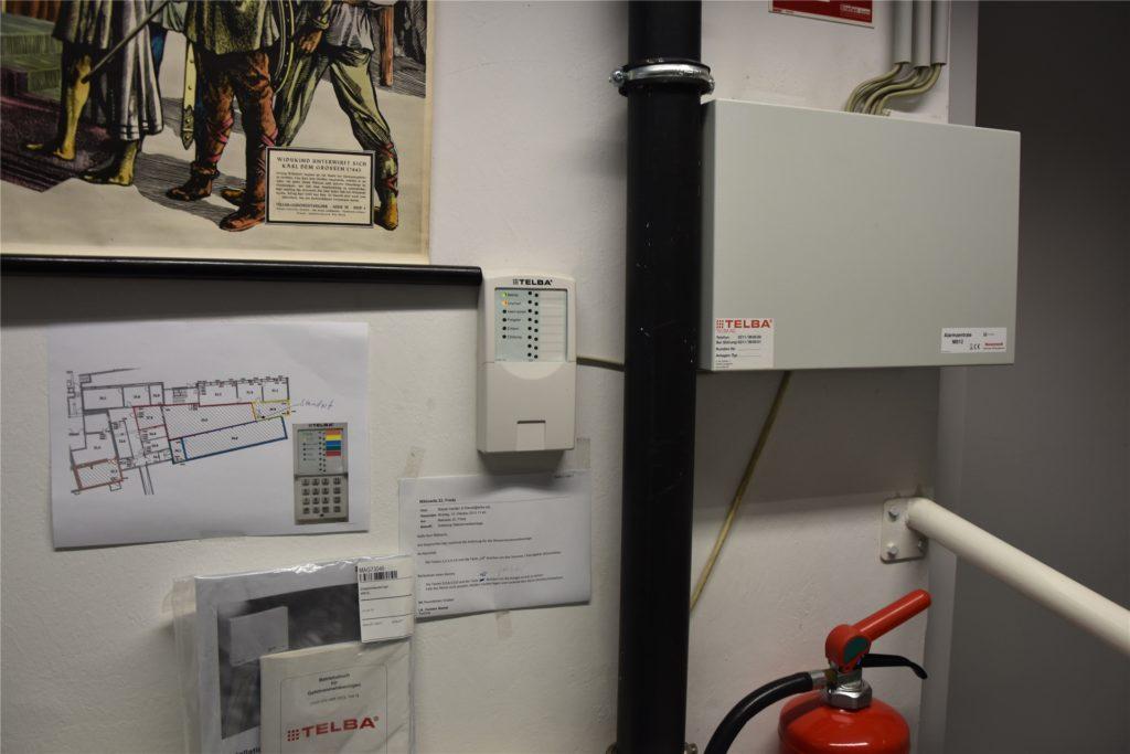 In einem Raum gibt es ein Wassermeldeanlage. Leuchtet eines der Lichter an dem Gerät in der Bildmitte, hat sich Wasser am Boden gesammelt.