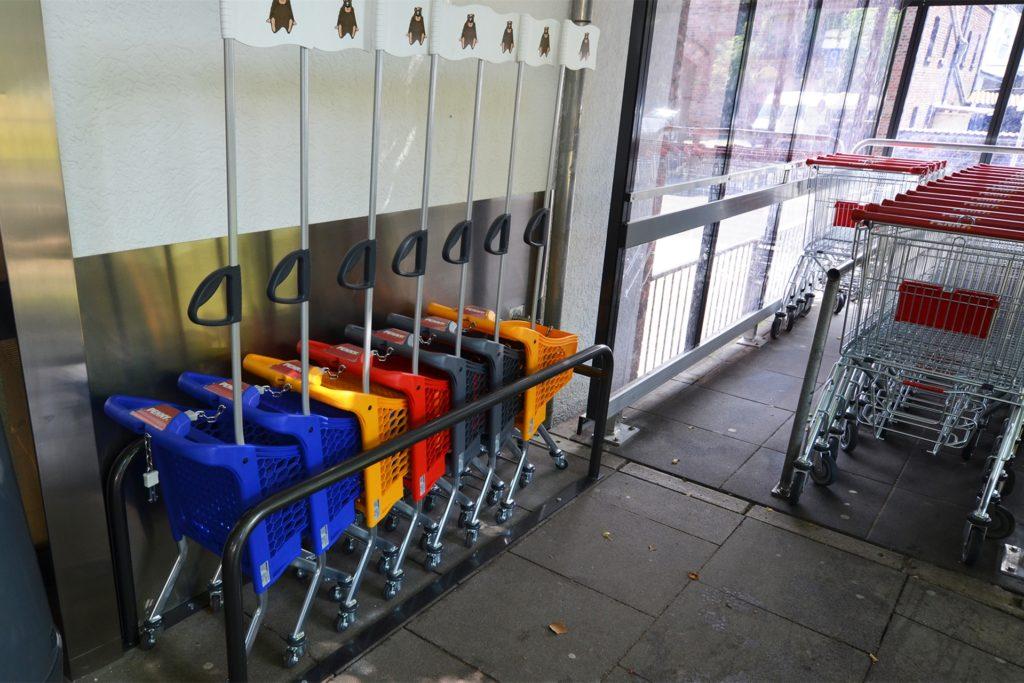 Für die Kunden stehen mehr Einkaufswagen zur Verfügung. Kinder können einen Eigenen nehmen.