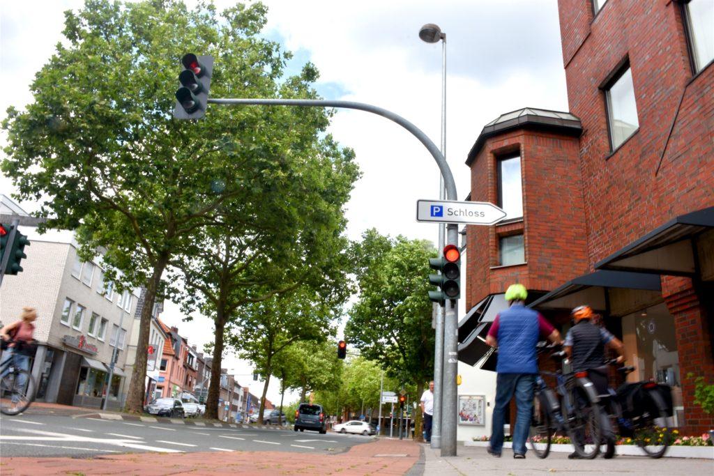 Eine rote Ampel gilt auch für Radfahrer, wenn es keine Markierung auf dem Radweg gibt. Daran hält sich längst nicht jeder.