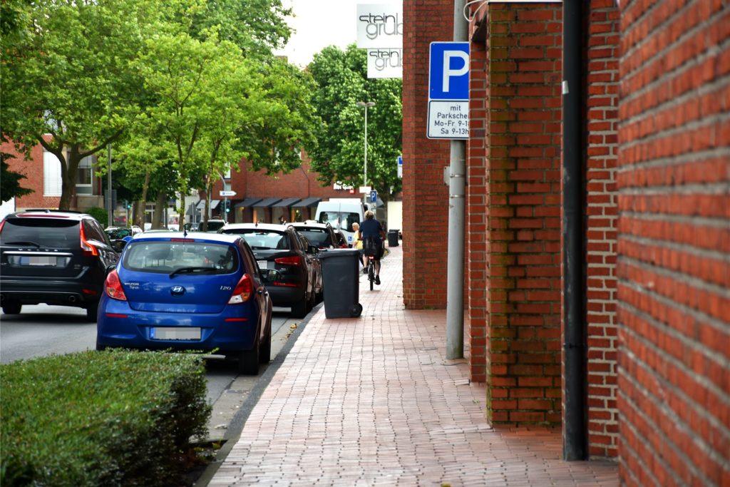 Einer der kritischsten Radwege in Ahaus: Entlang der Königstraße gibt es durch parkende Autos und die Arkaden der Gebäude viele Gefahrenpunkte. Die Stadt arbeitet an einer Lösung. Bis dahin müssen Radfahrer besonders vorsichtig sein.