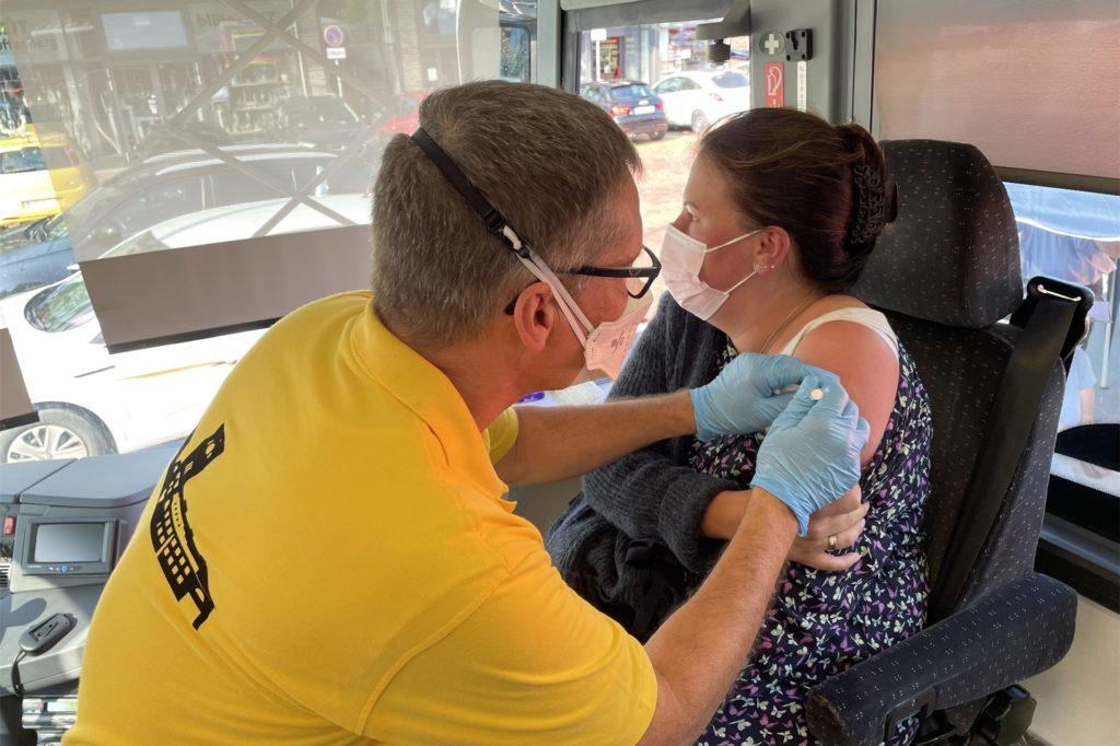 Im Gefangenentransporter der JVA Castrop-Rauxel wurden in Ickern rund 200 Impfungen gegen Corona verabreicht. Dr. Holger Knapp und sein Kollege Matthias Jasper wiederholen diese Aktion nun zusammen mit