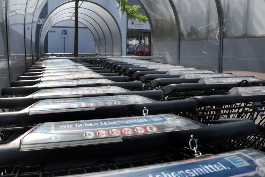 Manche Edeka-Kaufleute reduzieren die verfügbaren Einkaufswagen auf die erlaubte Maximalanzahl von Kunden im Geschäft.