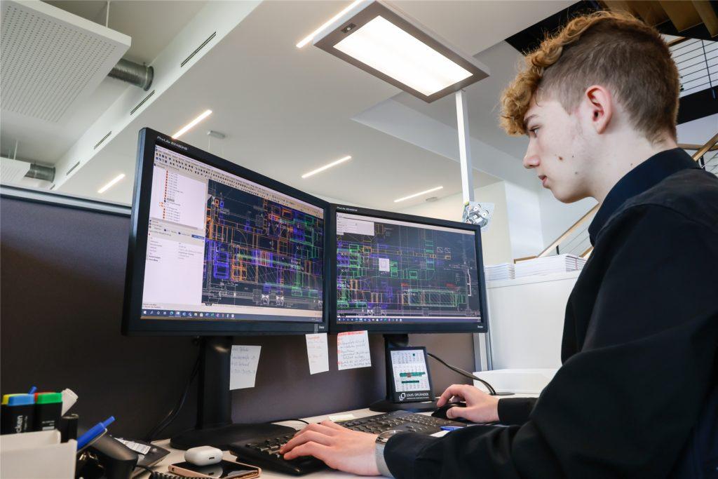 Tom Sickau (17) lässt sich bei Louis Opländer zum technischen Systemplaner ausbilden.