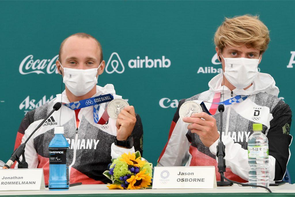 Jonathan Rommelmann(l.) und Jason Osborne (r.) präsentieren ihr Silbermedaille bei der anschließenden Presskonferenz nach dem Olympischen Finallauf.