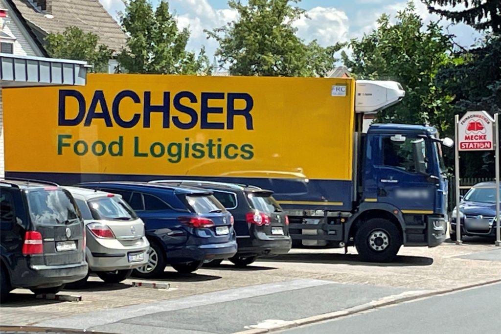 Ein Lebensmittel-Laster rangiert am Donnerstag, 29. Juli, rückwärts in die Einfahrt der Metzgerei Mecke an der Lippestraße.