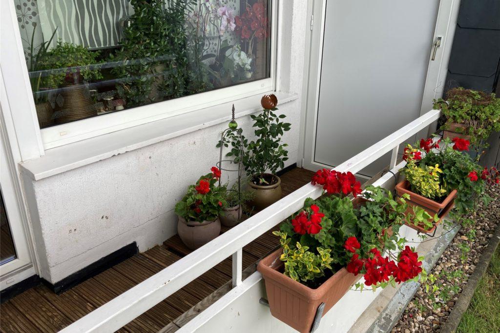 Dort, wo auf Zerina Vöpels Balkon nun Blumenkästen stehen, stand vorher eine Sitzgruppe. Doch die Möbel wurden von den Dieben entwendet.