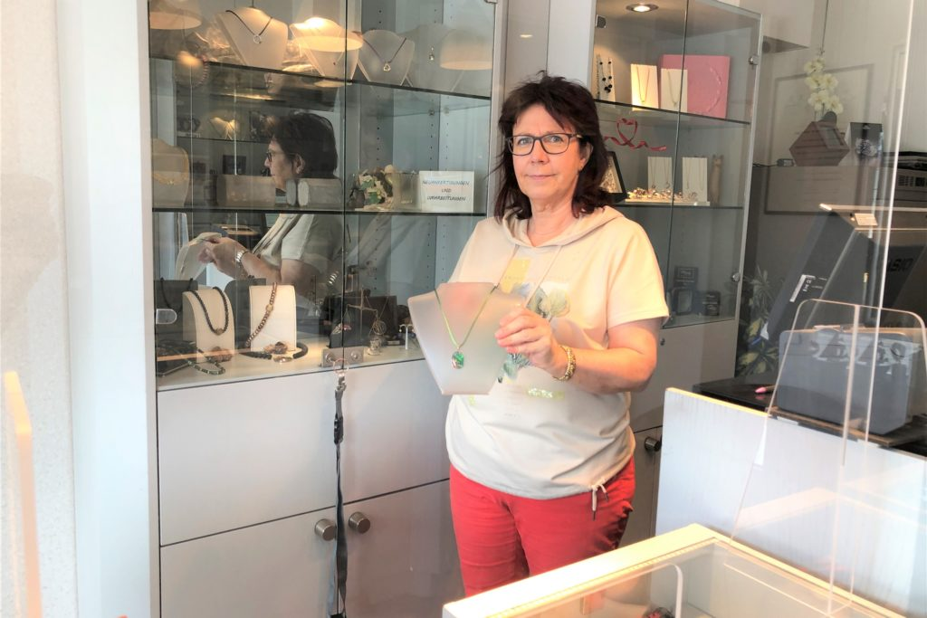 Annegret Taubenberger kümmert sich um den Verkauf. Nebenan arbeitet ihr Mann in der Werkstatt.
