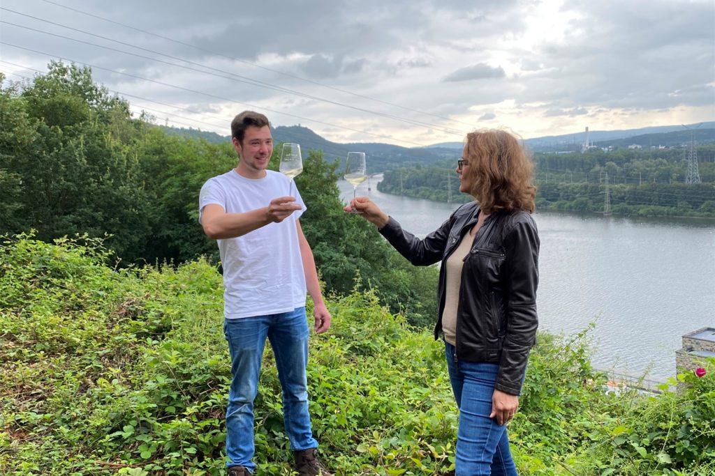 Elias Sturm und Ursula Mehrfeld, Geschäftsführerin der Stiftung Industriedenkmalpflege und Geschichtskultur, stoßen am  Hang des Koepchenwerks auf das project:vino an.