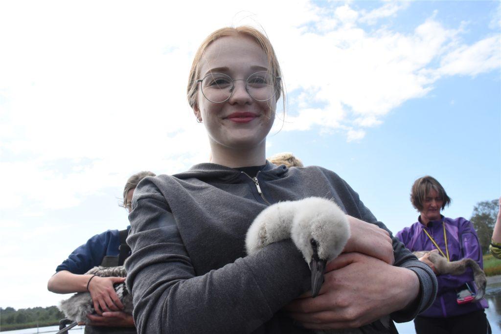 Lisa Startmann hat einen besonders kleinen Flamingo gefangen.