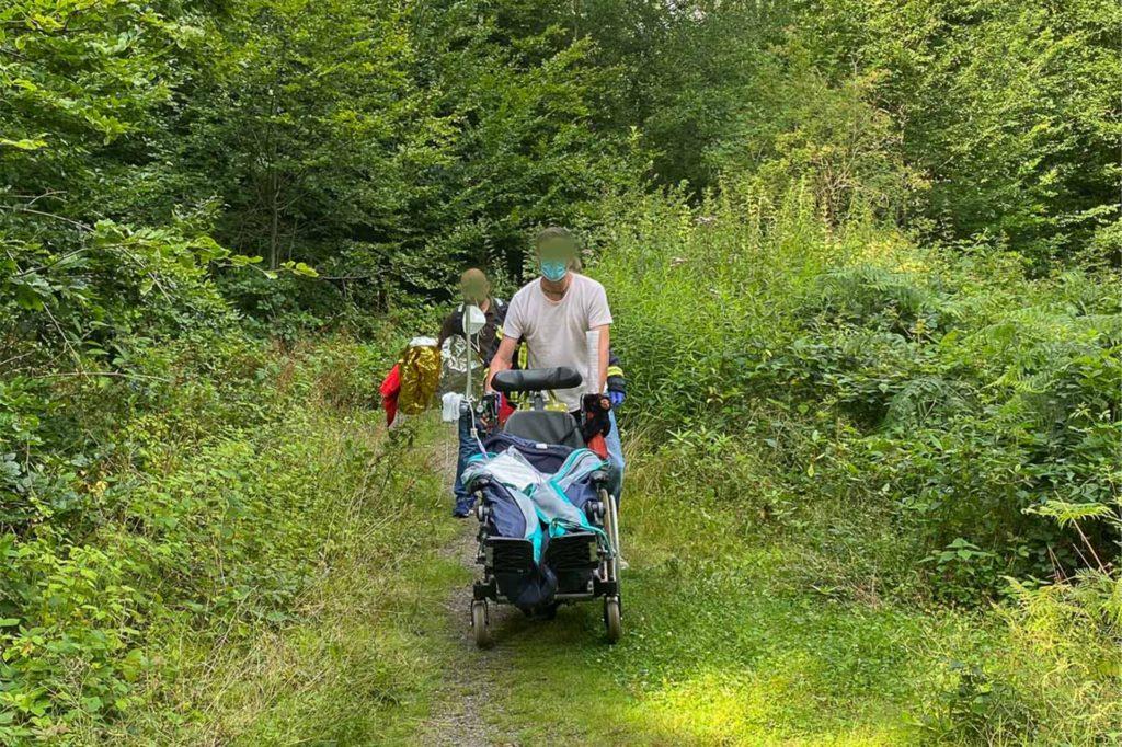 Nachdem die Frau gerettet war, wurde auch der Rollstuhl geborgen.