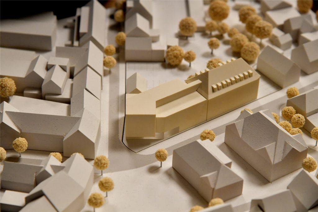 Ein Modell zeigt, wie das Rathaus künftig aussehen soll.