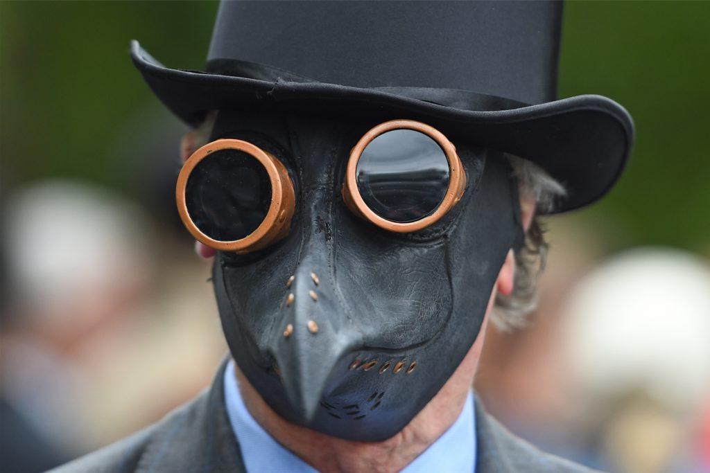 Mittelalterliche Schnabelmasken wie diese hier werden auch von Corona-Leugnern getragen.