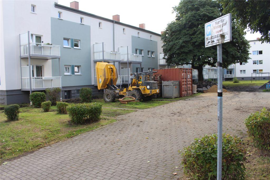Die Innenhöfe der Häuser werden saniert und Baufirmen stellen ihre Fahrzeuge ab. Da kann gerade kein Mieter parken.