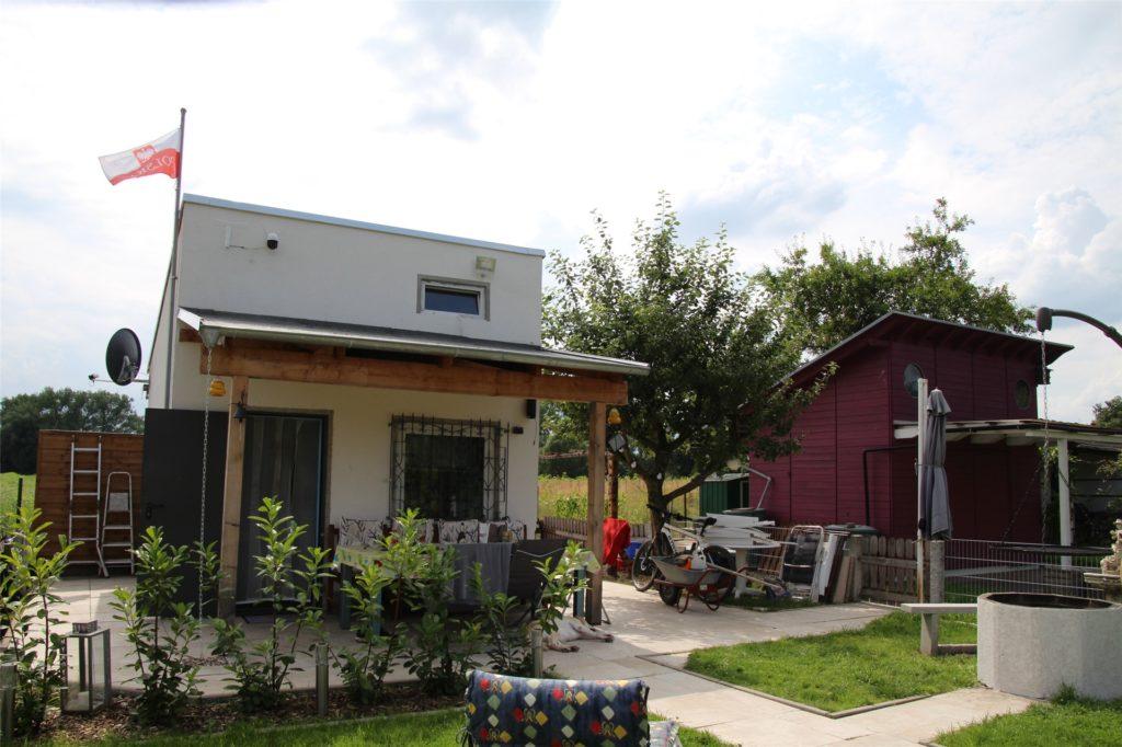 Erst im vergangenen Jahr wurde dieses Haus errichtet. Die Eigentümer hatten wegen des Ausbaus der B54 innerhalb der Anlage umziehen müssen und hatten von der Stadt die Genehmigung erhalten, einen Neubau zu errichten. Geht es nach dem Eigentümer, soll dieser nun auf Kosten der Kleingärtner wieder entfernt werden.