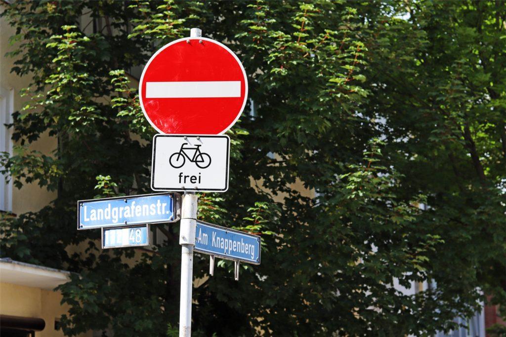 Diese Schilder weisen auf die Öffnung der Einbahnstraßen für den Radverkehr hin.