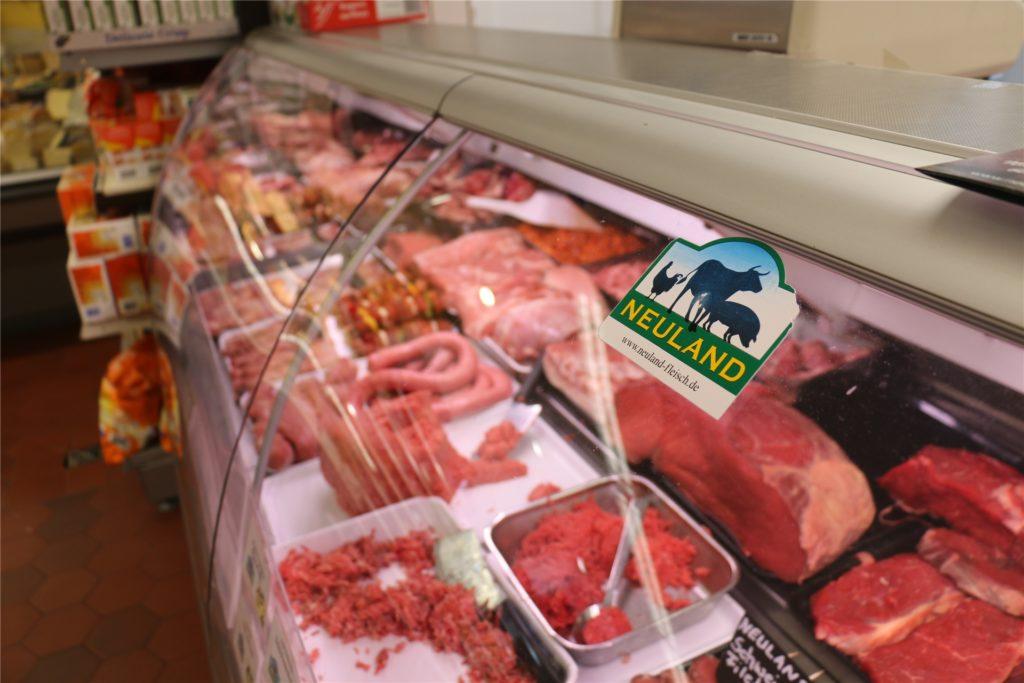 Das Neuland-Fleisch kommt aus tiergerechter, umweltschonender und bäuerlicher Landwirtschaft. Der Kunde muss bei Hähnchenfleisch deshalb etwa 30 Prozent mehr Geld ausgeben.