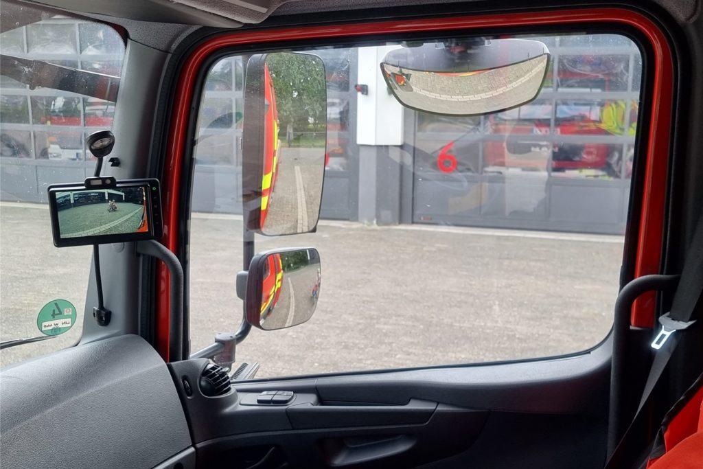 Abbiegemanöver der großen Einsatzfahrzeugen fordern im Innenstadtbereich etwa auf einer Einsatzfahrt sowie im normalen Verkehrsgeschehen vom Maschinisten die volle Aufmerksamkeit. Die Abbiegeassistenten wurden installiert, um die Einsatzkräfte bei der Fahrt der Feuerwehrfahrzeuge zu unterstützen.