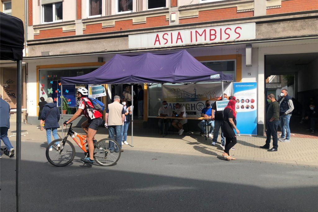 Ein kleiner Stand vor dem Quartiersbüro an der Langen Straße. Hier wurden am Sonntag etliche Menschen gegen das Coronavirus geimpft.