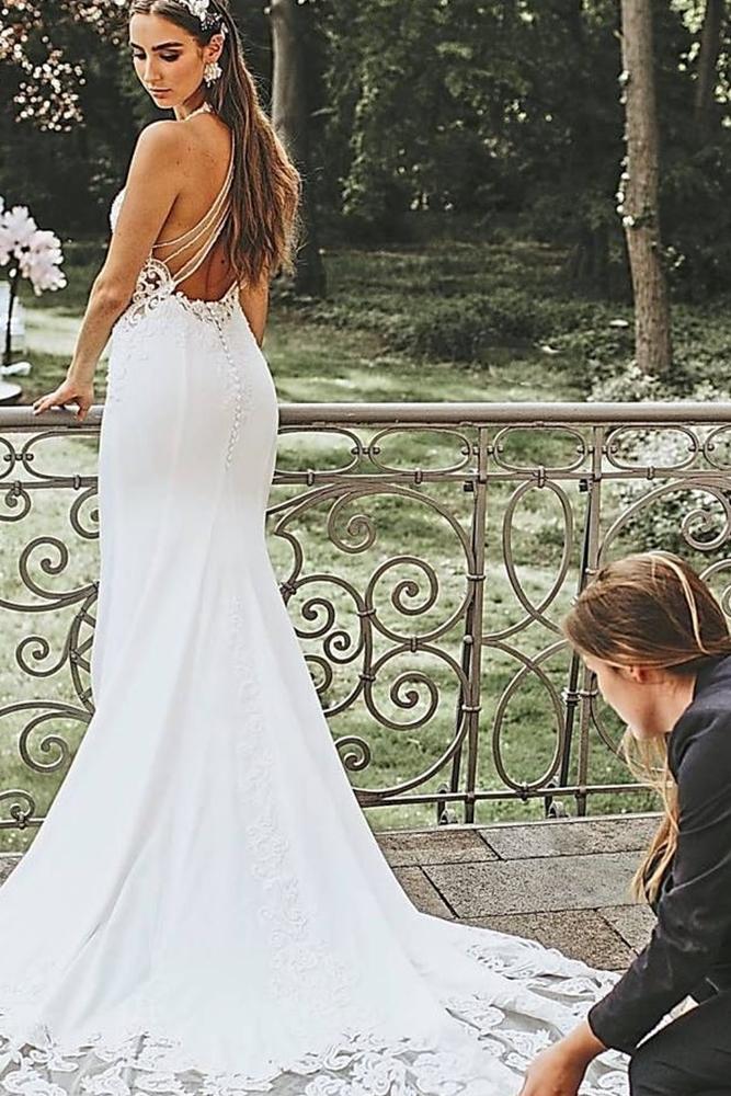 """Jelena Schlüter (21) aus Coesfeld hat als Hochzeitsplanerin ein eigenes Unternehmen unter dem Namen """"Sayes-Weddings"""" gegründet. Hier hilft sie einer Braut, deren Hochzeitskleid fürs Foto gut in Szene zu setzen."""