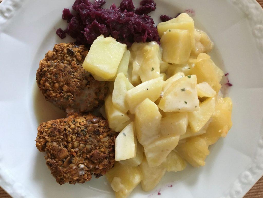 Typisch deutsch: Kartoffeln mit Rotkohl und Nusssteaks in einer Rahmsoße