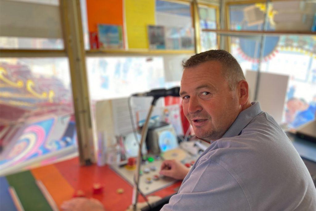 Mischa Kreft liebt seinen Beruf. Den Musikexpress jagt der 40-Jährige auf der Kirmes im Kreis.