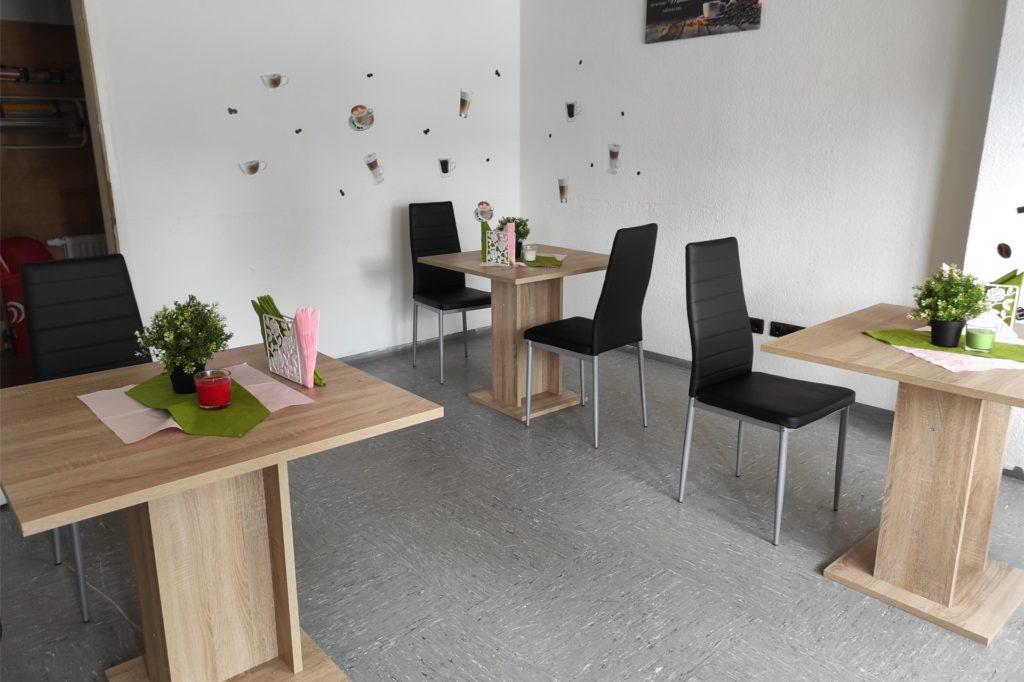 Im Nebenraum des Dorstfelder Büdchens können Gäste den Kaffee genießen und die frisch belegten Brötchen essen.
