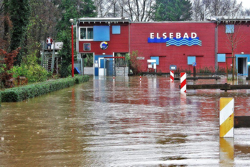 Auch im Jahr 2010 hatte das Hochwasser das Elsebad getroffen. DLRG und die Ehrenamtlichen des Bads wollen nicht warten, bis die nächste Katastrophe eintritt.