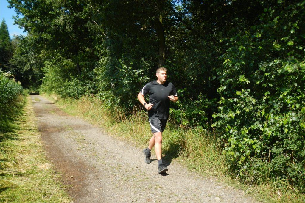 Nachdem die ersten Kilos gepurzelt waren, startete Sebastian Micheel mit Walking. Heute geht er regelmäßig Joggen und bereitet sich auf seinen ersten Halbmarathon vor.
