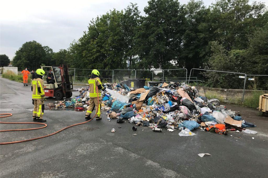Die Feuerwehr hat den gesamten Inhalt des Müllwagens abgelöscht.