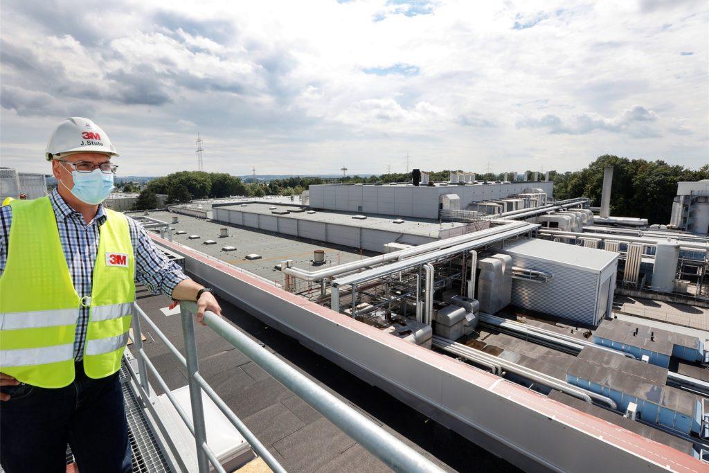 Jörn Stute blickt von der neuen Halle aus über das 3M-Werksgelände, das in den vergangenen Jahren deutlich ausgebaut wurde.