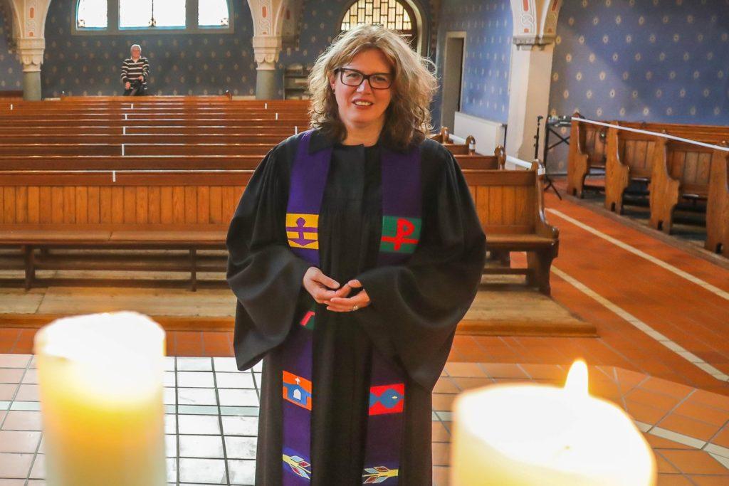 Pfarrerin Dr. Kerstin Schiffner wird vor allem im September viele Paare im Dortmunder Westen trauen, beispielsweise in der Immanuel-Kirche in Marten. (Archiv)