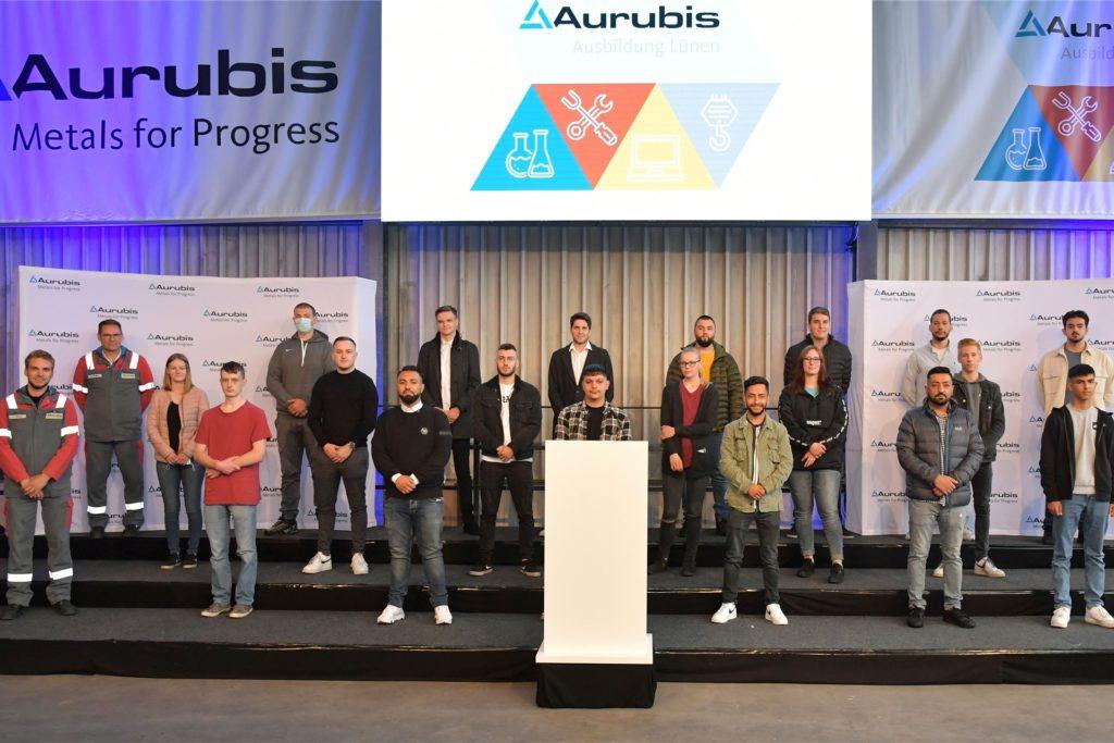 Ihre berufliche Karriere bei Aurubis starten 19 Auszubildende am 1. September. Die Ausbildungsverträge wurden ihnen bereits von den drei hauptamtlichen Ausbildern Cederic Grube (v.l.), Dietmar Stotten und Peter Lossin überreicht.