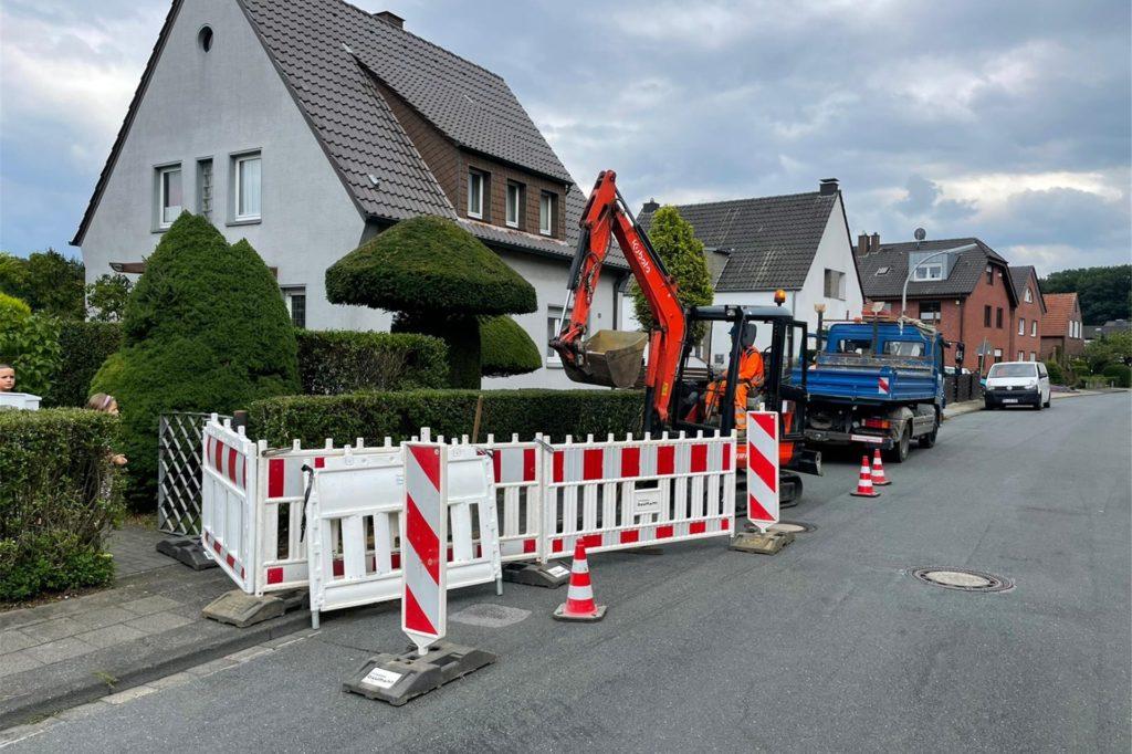 Mitarbeiter der Tiefbaufirma Baumann brachen die Straße auf.