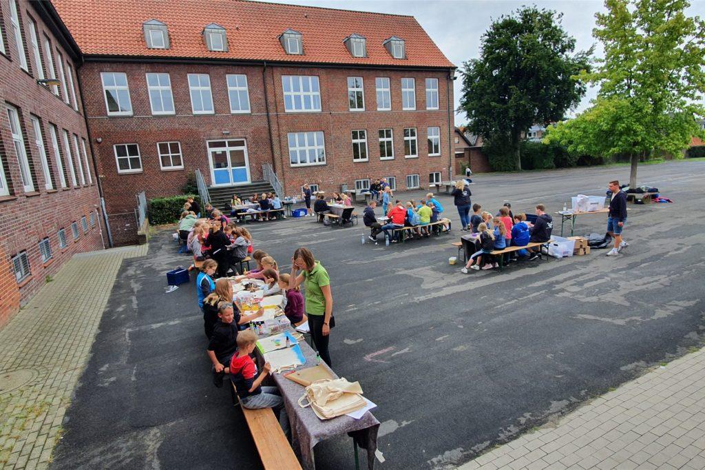 Auf dem Schulhof der Mariengrundschule wurde kräftig gehämmert, gemalt und geknetet. Der Wettergott hatte für diesen Tag ein Einsehen