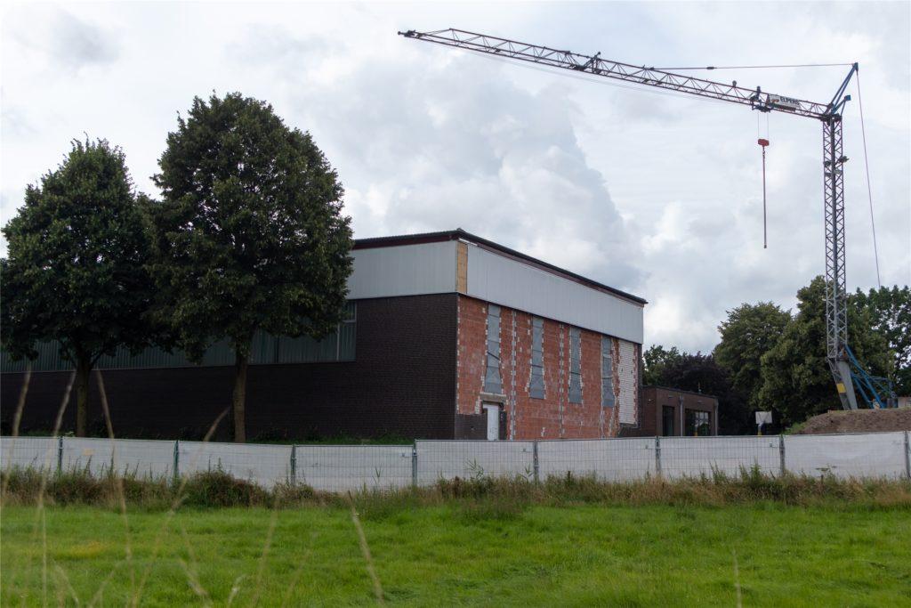 Die Arbeiten an der Turnhalle an der Kreuzschule in Heek sind gestartet. Mit Kosten in Höhe von drei Millionen Euro rechnet die Verwaltung für die Sanierung und Erweiterung.
