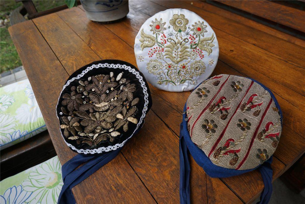 Die traditionellen Kappen der Bäuerinnen sind schon viele Jahre alt und zum Teil handbestickt.
