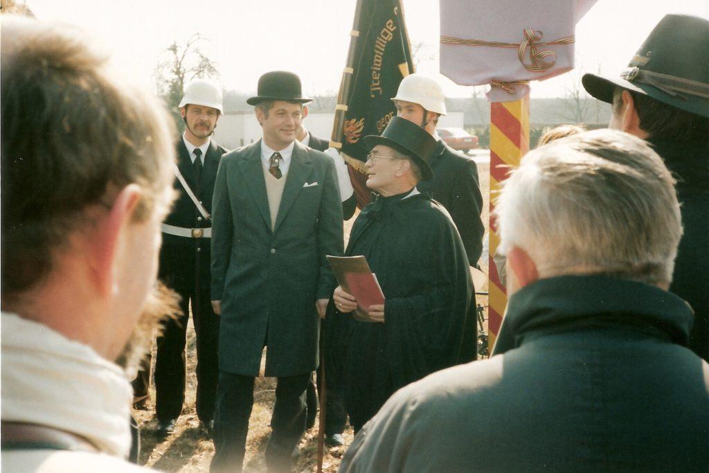 er damalige Stadtdirektor und spätere Bürgermeister Hans Wilhelm Stodollick als Secretarius mit dem damaligen Stadtarchivar Adolf Reiß an der Grenze zwischen Lanstrop und Horstmar/Niederaden beim Schnadegang 1996.
