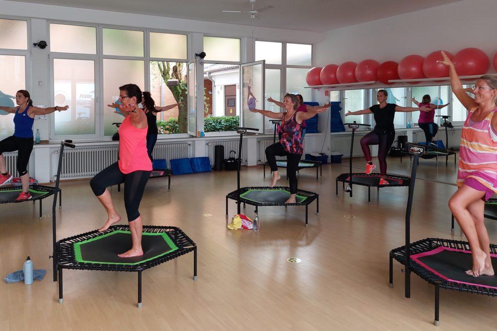 Auch das Gleichgewicht wird beim Jumping Fitness auf den Trampolinen geschult.