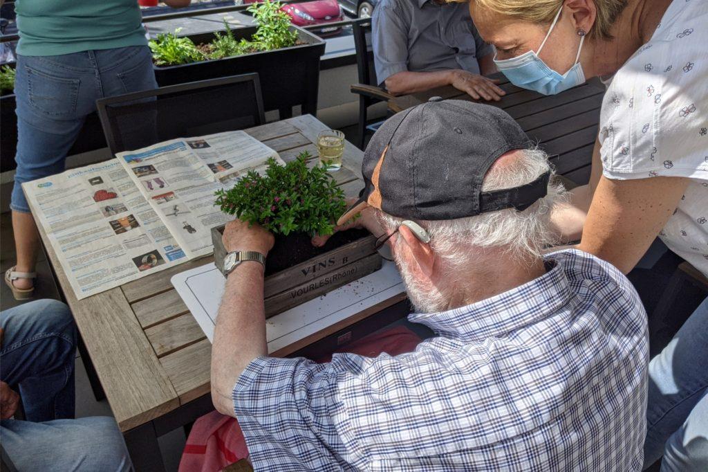 Am Donnerstag ist merkwürdigerweise immer Männerrunde in der Tagespflege Bork. An einem Tag wurden Hochbeete mit Kräutern, Salat und Tomaten bepflanzt und Blumen in die selbstgebaute umfunktionierte Palette gepflanzt.