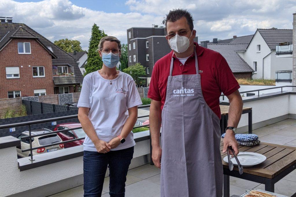 Tagespflege-Leiterin Jennifer Staubach und Matthias Mersmann, Bereichsleiter ambulante Dienste, beim Grillen für die Gäste.