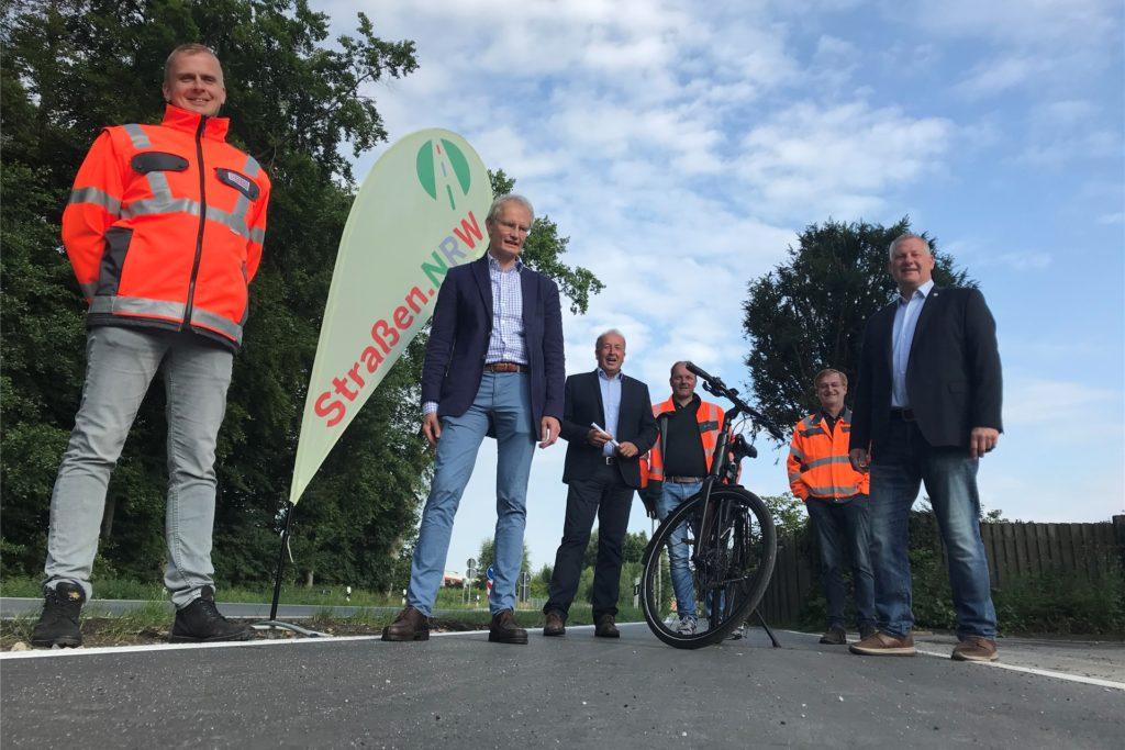 Vertreter der Gemeinde, von Straßen.NRW und vom Kreis Borken haben sich am Mittwoch in Legden getroffen und den sanierten Radweg offiziell freigegeben.