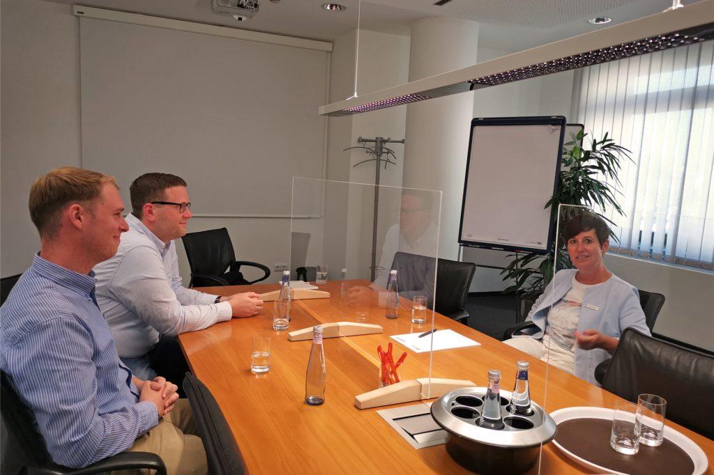 Im Gespräch mit Kerstin Aßkamp (rechts im Bild) werden die vielfältigen Anlage-Möglichkeiten erläutert.