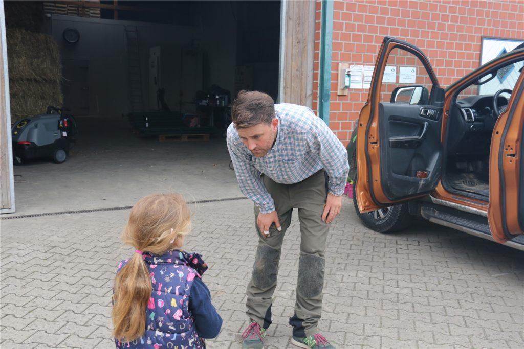 Vater Johannes Laurenz verabschiedet sich von seiner Tochter Luisa, bevor er wieder nach Dernau fährt.